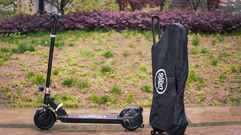 Glion Dolly electric scooter with cover in the rain