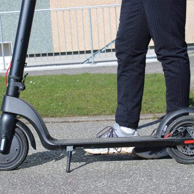1 Place the e-scooter on a flat paved road or sidewalk