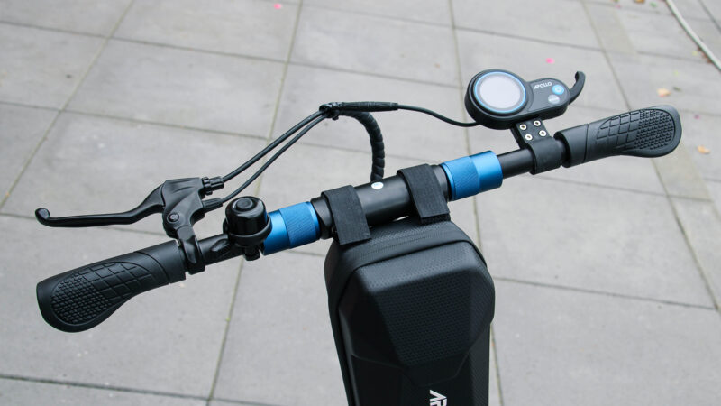 picture of handlebar of the Apollo Light electric scooter